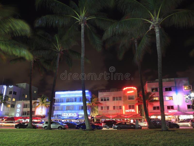 Coloridos hoteles iluminados en Ocean Drives por la noche, Miami Beach foto de archivo libre de regalías