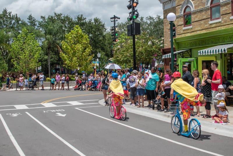 Coloridos membros da equipe de bicicleta, antes do Desfile da Rua Sesame na Rua Sesame no Seaworld 1 imagens de stock