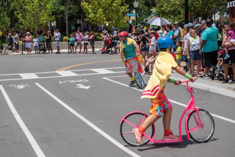 Coloridos membros da equipe a pedalar, antes do desfile da rua Sesame na rua Sesame no Seaworld 3 imagem de stock