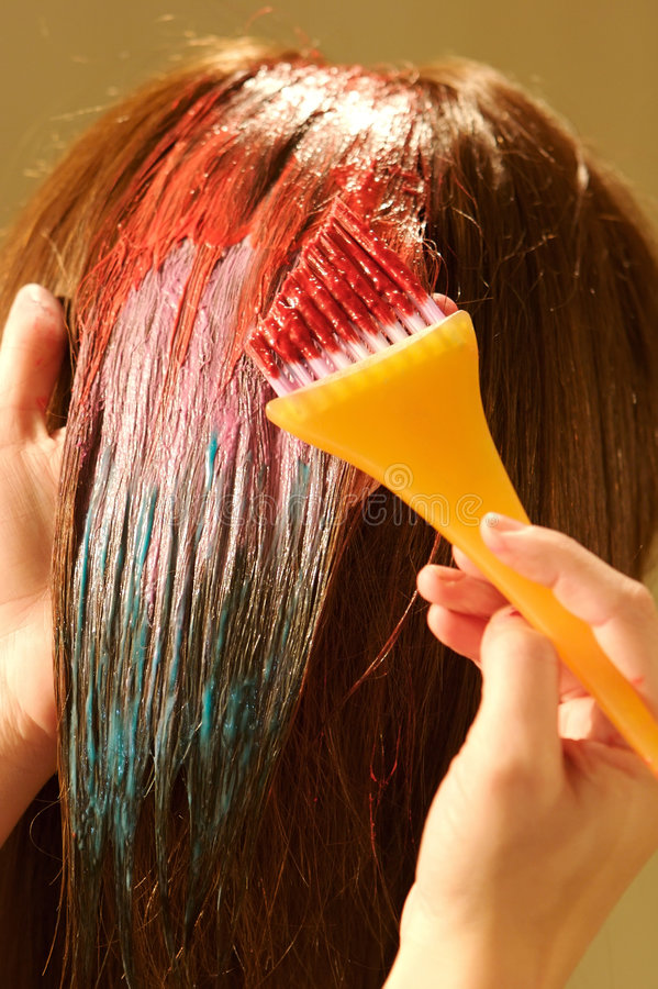 Coloritura di capelli femminile ad un salone fotografie stock