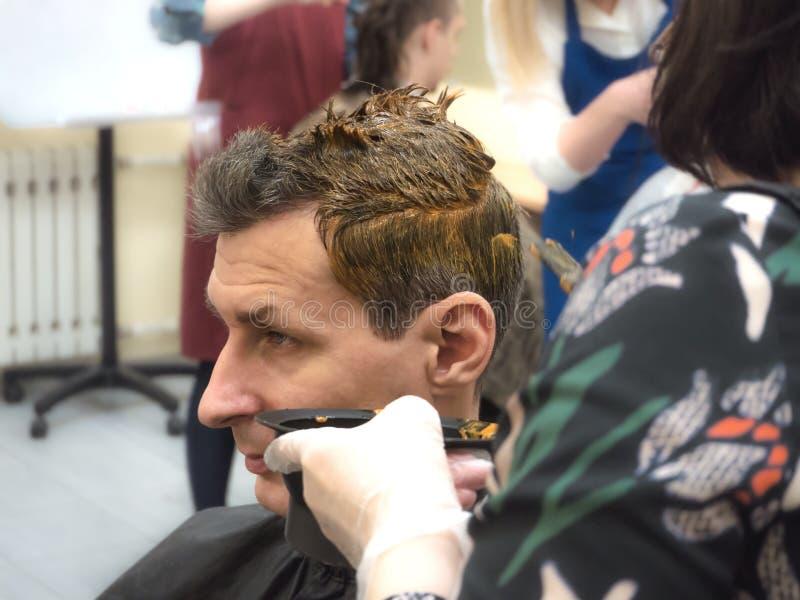 Coloritura di capelli su un uomo in un salone di bellezza Fine in su fotografia stock