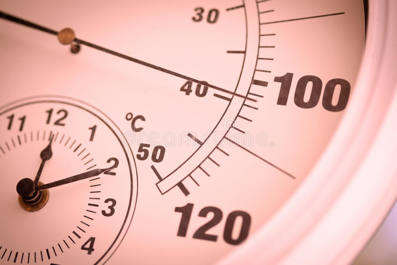 Colorized runder Thermometer über 100 Grad lizenzfreie stockfotografie