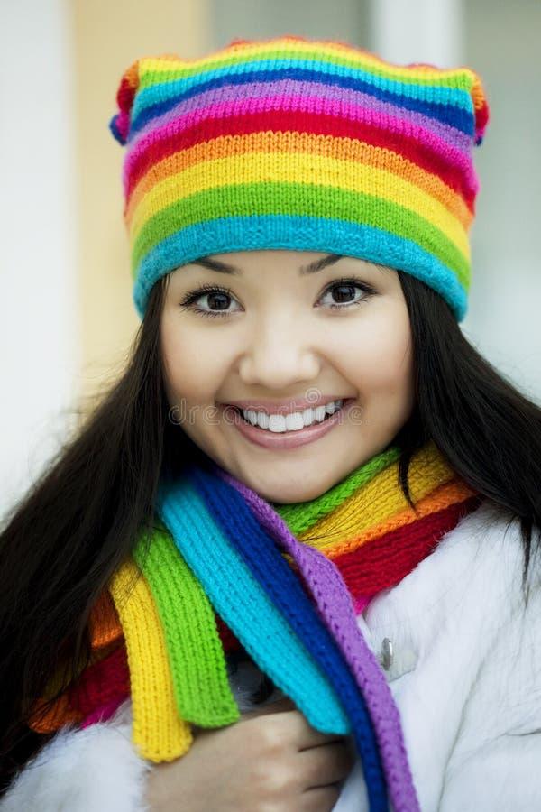colors scarfen för flickahattregnbågen royaltyfri fotografi