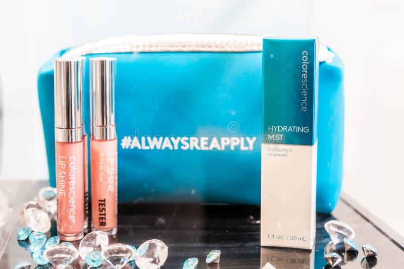 Colorscience που μαρκάρεται makeup στη συσκευασία, με τον ελεγκτή και makeup την τσάντα Παρουσιασμένος στην επίδειξη ως εξάρτηση στοκ εικόνες