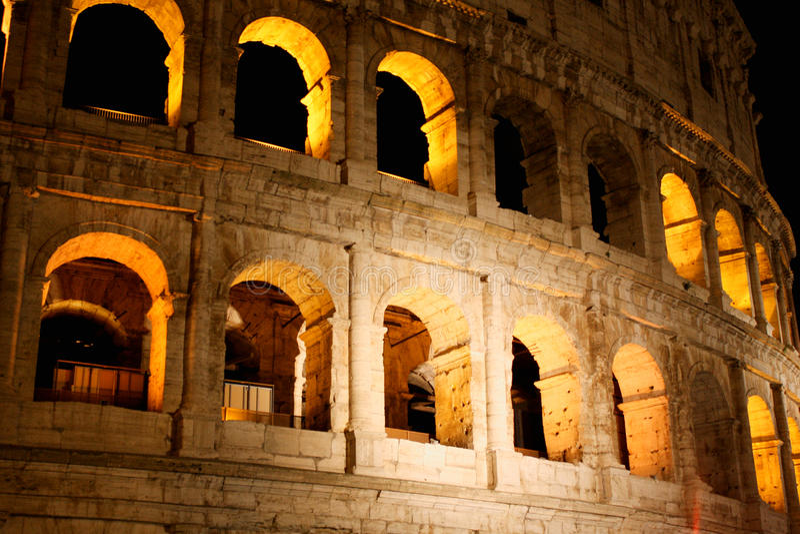Coloseum bij nacht in Rome Italië stock foto's