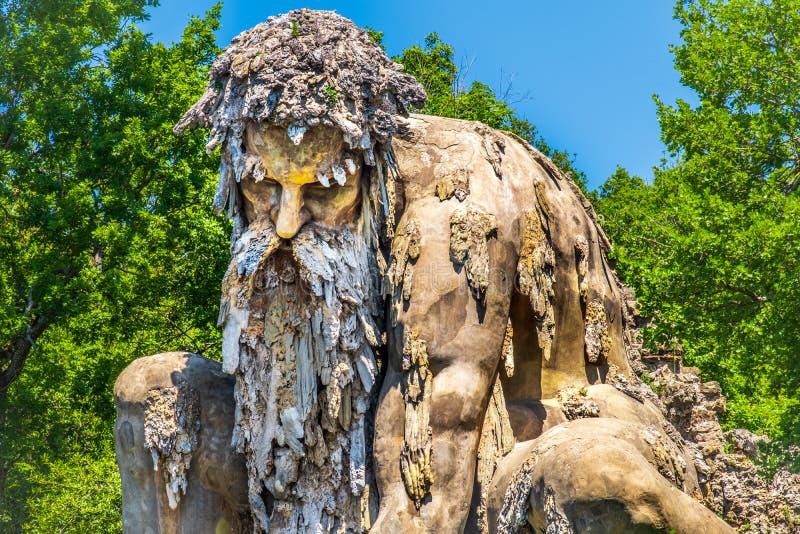 Coloso barbudo de la estatua del hombre de los jardines públicos de la estatua gigante de Appennino del cierre de Demidoff Floren imágenes de archivo libres de regalías