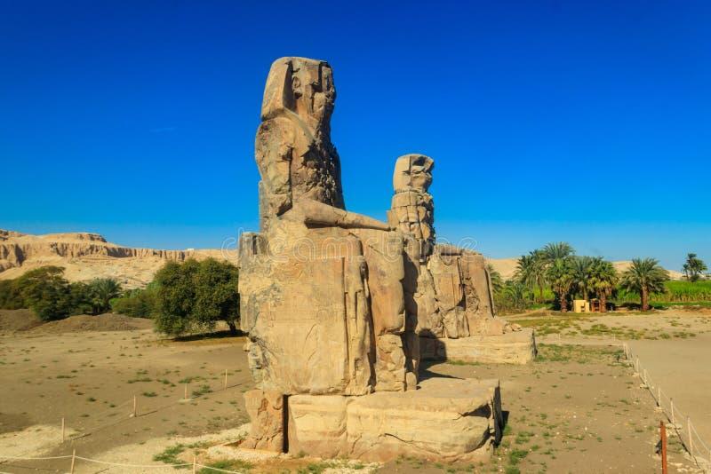 Colosos de Memnon, dos estatuas de piedra masivas del faraón Amenhotep III en Luxor, Egipto fotos de archivo