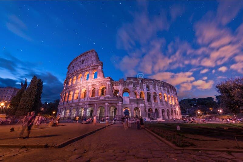 Colosseo - туристы и город стоковые фото