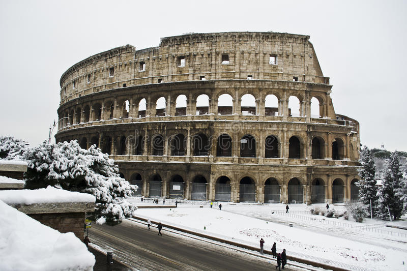 Colosseo bajo nieve imagenes de archivo