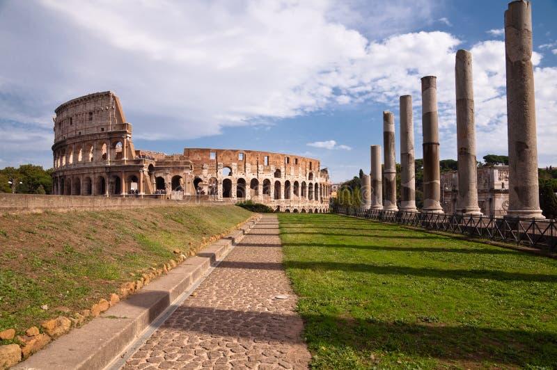 Colosseo y opinión de las columnas y de la trayectoria del templo del venus del foro romano fotos de archivo libres de regalías