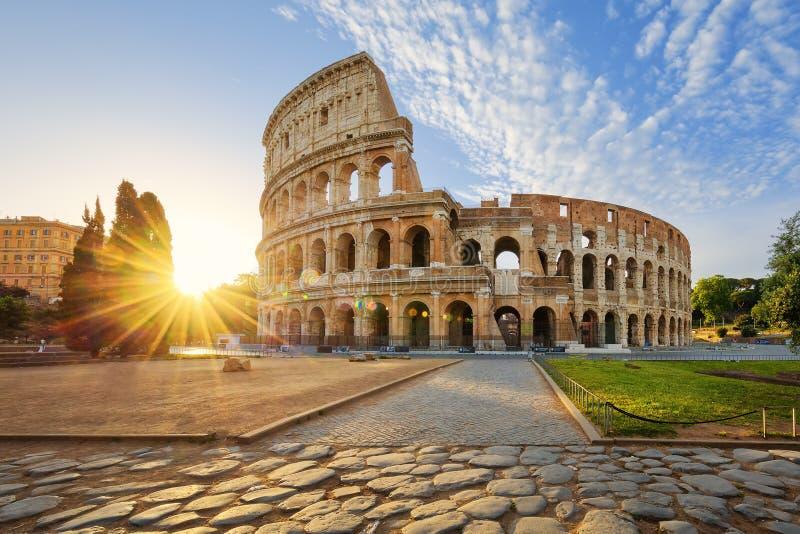 Colosseum à Rome et soleil de matin, Italie images stock