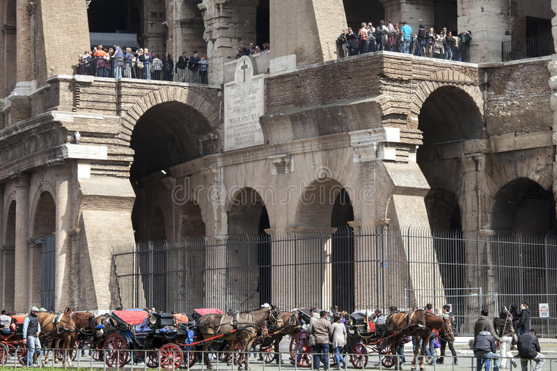 colosseum διάσημη Ιταλία η περισσότερη όψη της Ρώμης θέσεων Περιήγηση με τα πόδια Τουρίστες και άρμα στοκ φωτογραφίες με δικαίωμα ελεύθερης χρήσης