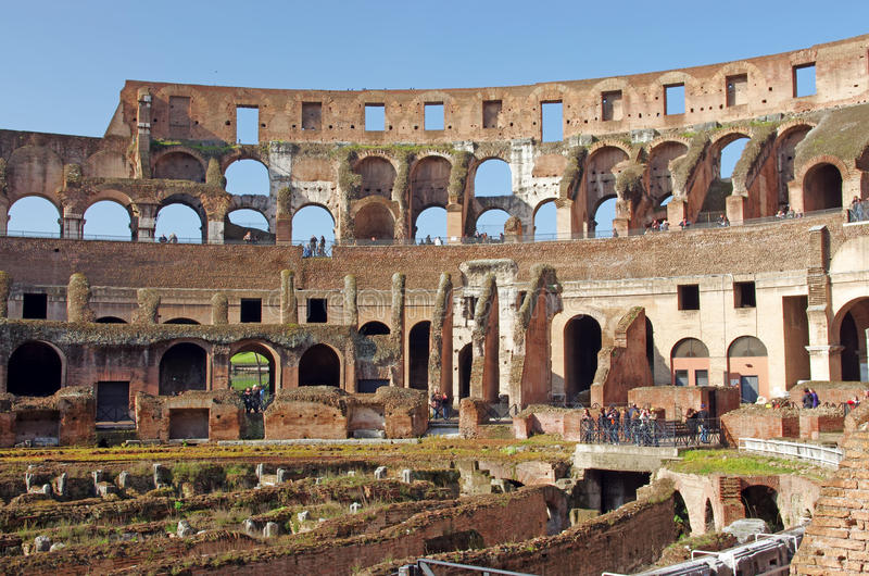 colosseum внутри туристов стоковое изображение