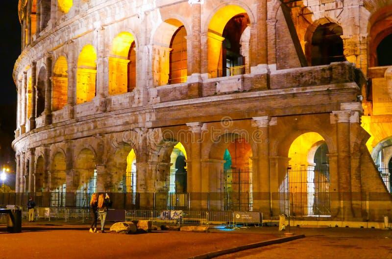 Download Colosseum в Риме - красиво загоренном на ноче - Di Roma Colosseo Стоковое Фото - изображение насчитывающей прописно, городок: 81807448