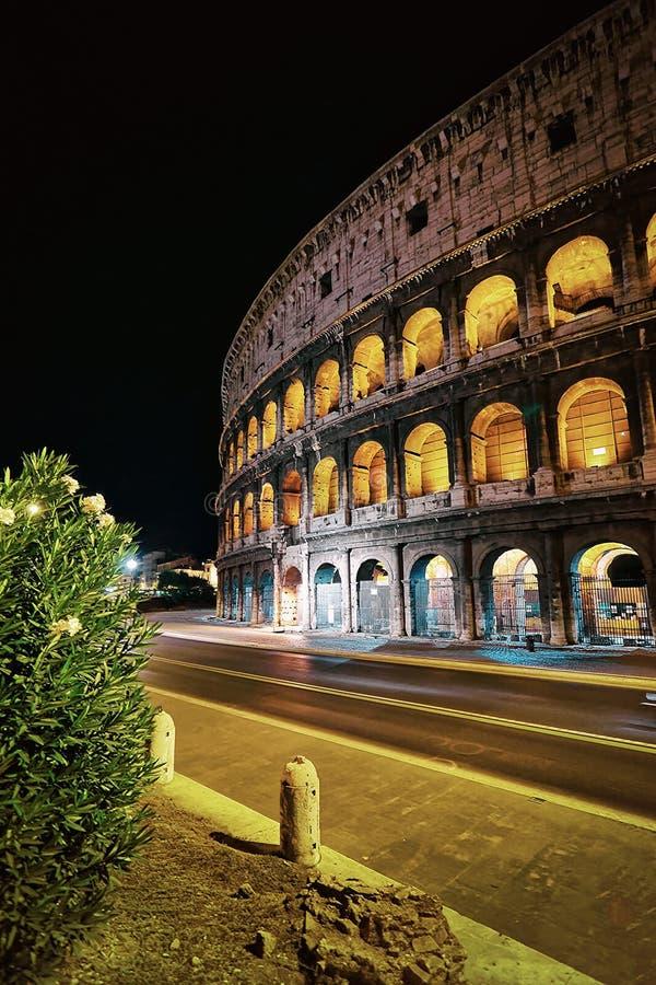 Colosseum в центре города Рима Италии на сумраке стоковое изображение rf