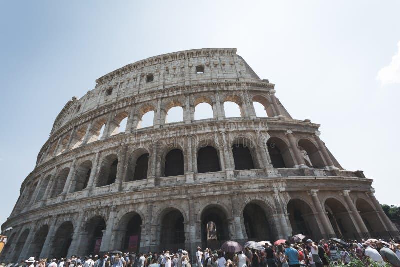 Colosseum Рим толпилось с turists в Риме, Италии стоковое изображение