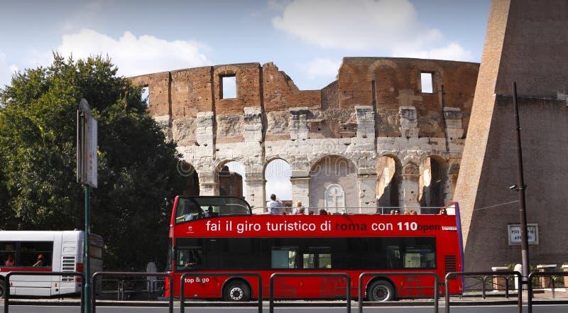 Colosseum, barramento de excursão vermelho de Roma fotos de stock royalty free