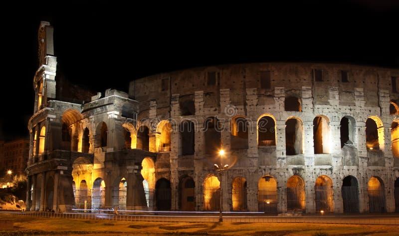 Colosseum bij nacht in Rome, Italië stock afbeelding