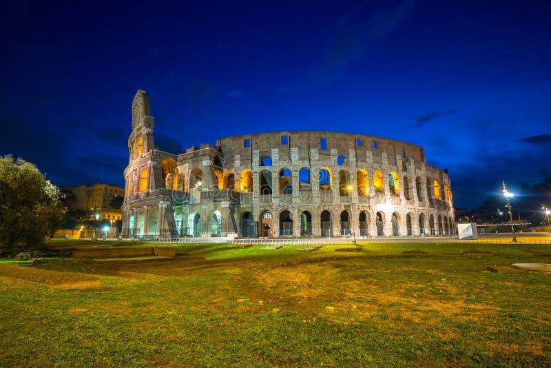 Colosseum bij nacht in Rome, Itali? wordt verlicht dat royalty-vrije stock foto's