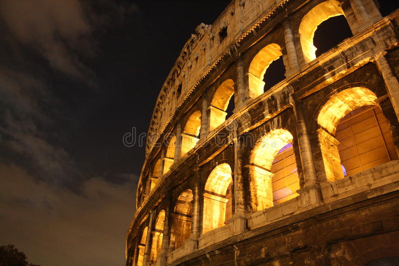 Colosseum bis zum Nacht lizenzfreie stockfotografie