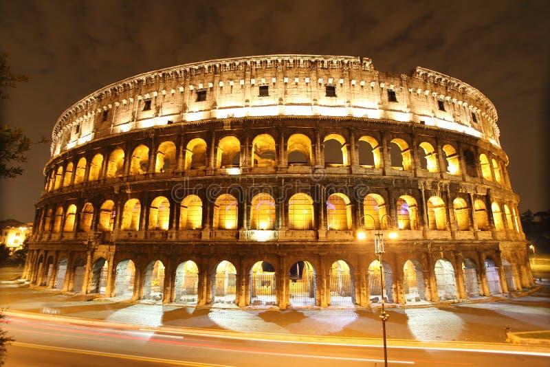 Colosseum bis zum Nacht stockfotos