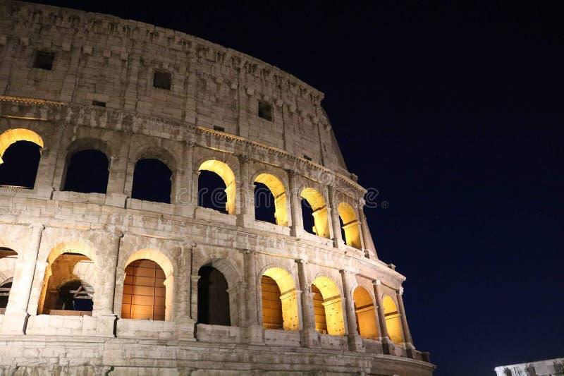 Colosseum bis zum Nacht lizenzfreies stockfoto