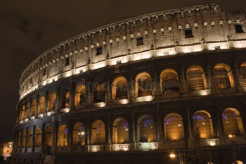 Colosseum bis zum Night lizenzfreie stockfotos