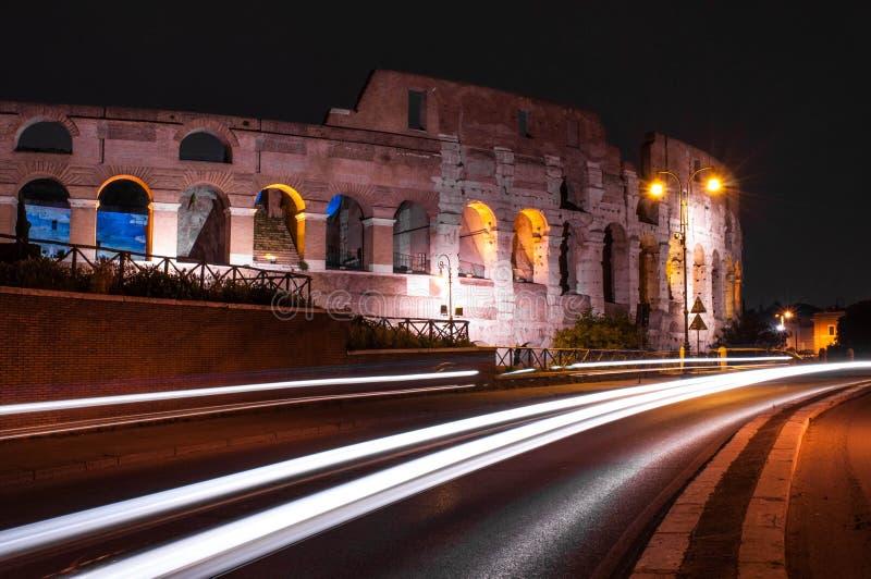 Colosseum of Coliseum bij nacht met lichte sleep, Rome royalty-vrije stock foto