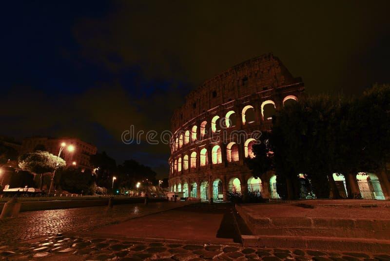 Colosseum of Coloseum bij schemer van voor Metro nacht, Rome royalty-vrije stock foto