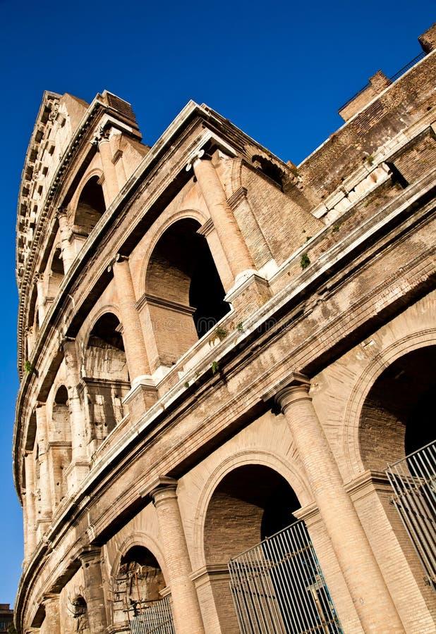 Colosseum com céu azul fotografia de stock royalty free