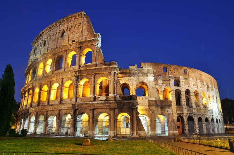 Colosseum an der Dämmerung lizenzfreies stockbild