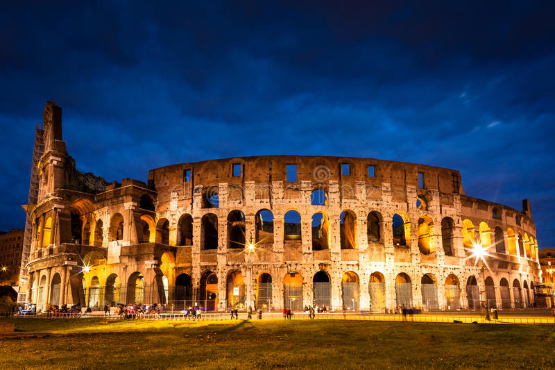 Colosseum an der Dämmerung in Rom, Italien stockbild
