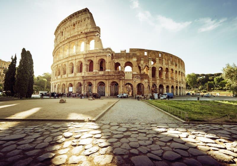 Colosseum em Roma e em sol da manhã fotos de stock royalty free