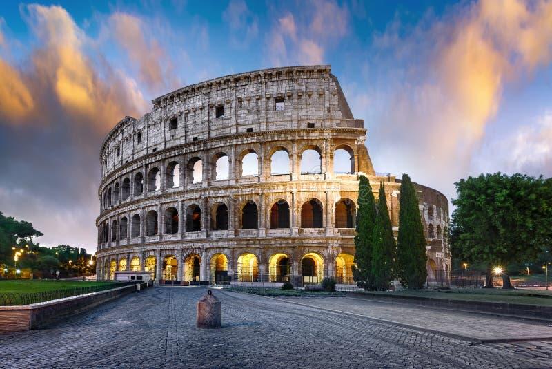 Colosseum em Roma no crepúsculo, Itália imagem de stock