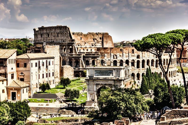 Colosseum en de Boog van Titus, mening van Roman Forum stock afbeelding