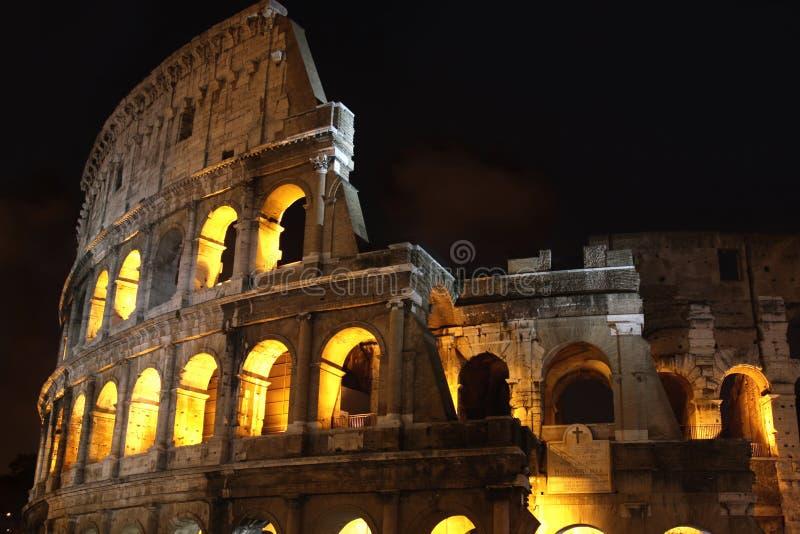Colosseum en la noche en Roma, Italia fotografía de archivo
