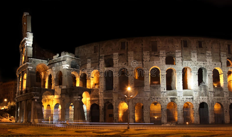 Colosseum en la noche en Roma, Italia imagen de archivo