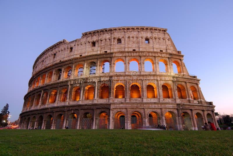 Colosseum en la oscuridad imagen de archivo