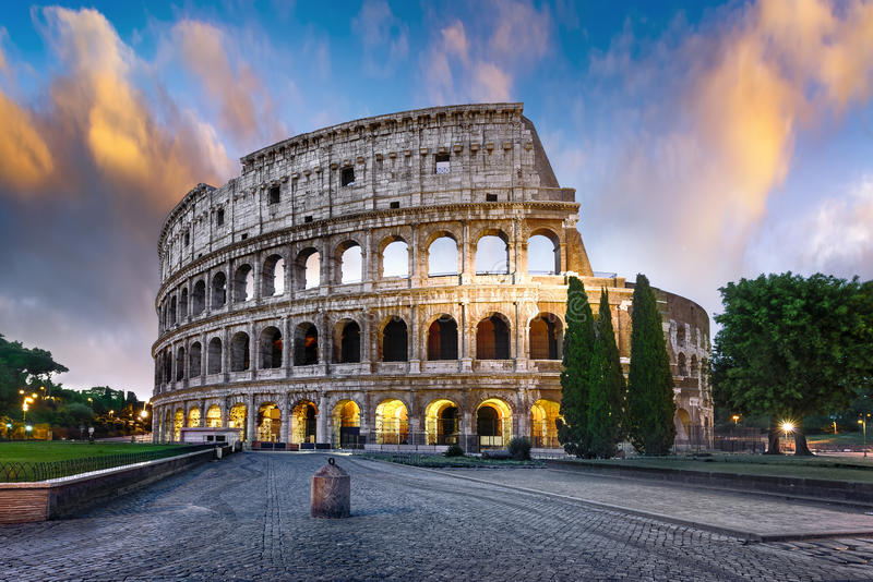 Colosseum en Roma en la oscuridad, Italia imagen de archivo