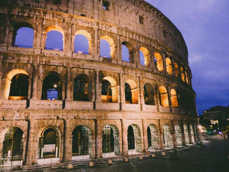 Colosseum för Rome ` s i nattversionen royaltyfria bilder