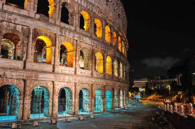 Colosseum-Gebäude nachts - belichtet mit den gelben und blauen Farben Flaggenfarben der Europäischen Gemeinschaft stockfoto