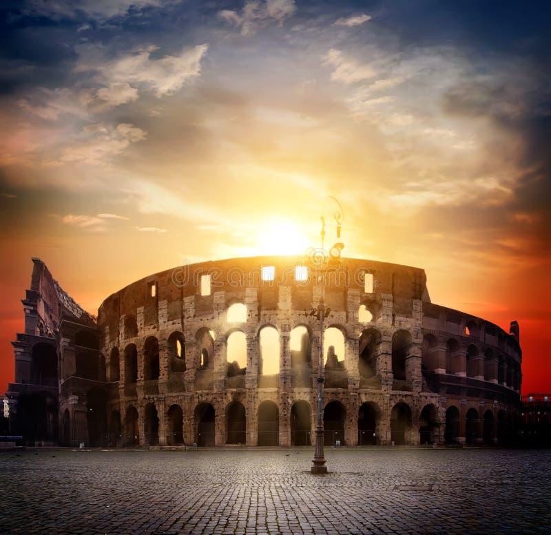 Colosseum i pogodny wschód słońca obraz stock