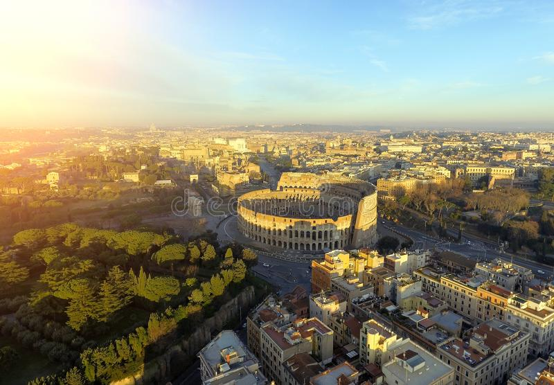 colosseum italy rome Flyg- sikt av Roman Coliseum på soluppgång arkivfoto