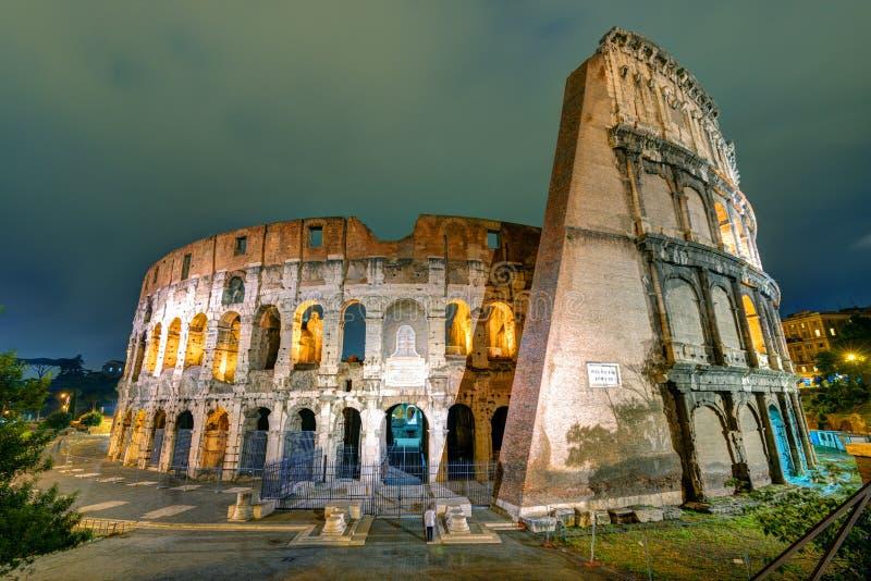 Colosseum (kolosseum) przy nocą w Rzym obraz royalty free
