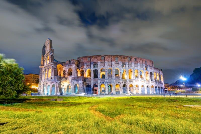 Colosseum (kolosseum) przy nocą w Rzym obrazy royalty free