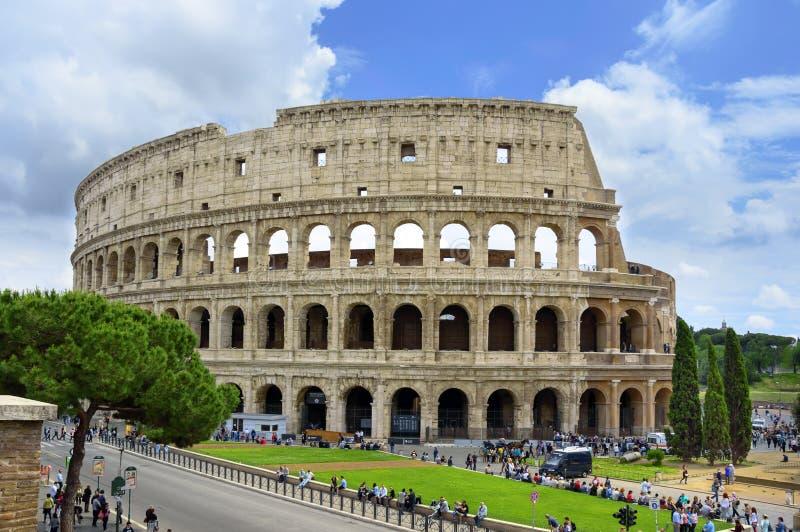 Colosseum lub kolosseum w Rzym, Włochy z niebieskim niebem i drzewem zdjęcia royalty free