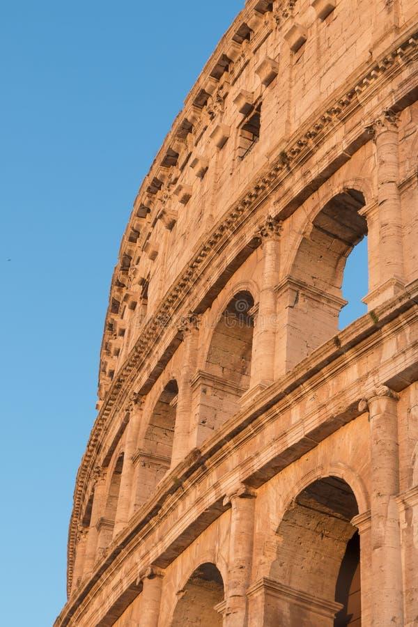 Colosseum na luz do por do sol Fórum romano do Th verticalmente imagens de stock