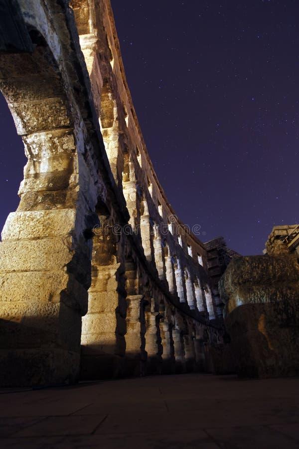 Colosseum am Nachtlicht stockfotografie