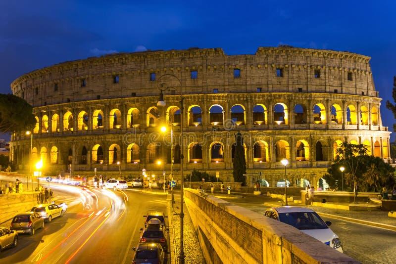 Colosseum nattsikt från vägen royaltyfri fotografi