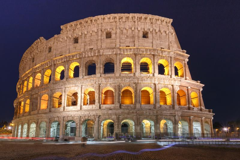 Colosseum o coliseo en la noche, Roma, Italia fotos de archivo
